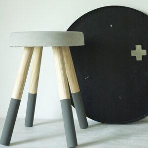 betonnen krukje grijze pootjes