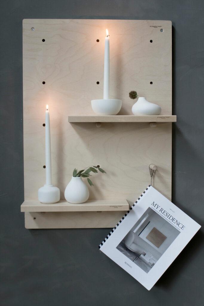 zweeds design houten plank met kaarsen en potten